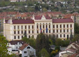 Budova školy a interiér